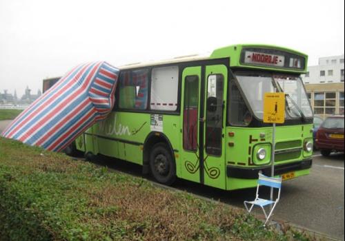 Bus met werk van Kaleb de Groot en Roosje Klap